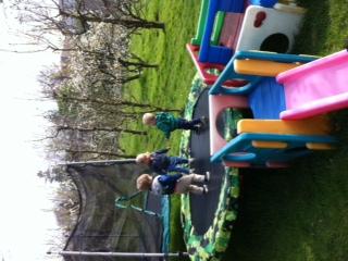 Spelen in tuin (12)