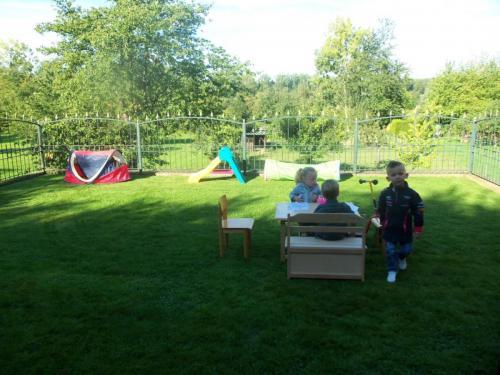 Spelen in tuin (2)