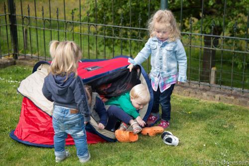 Spelen in tuin (5)